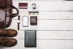La vie toujours avec les équipements occasionnels du ` s des hommes avec les accessoires en cuir dessus Photo stock
