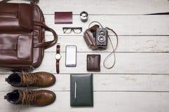 La vie toujours avec les équipements occasionnels du ` s des hommes avec les accessoires en cuir dessus Image libre de droits