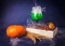 La vie toujours avec les boissons de potiron, de livre, roses et de Halloween image libre de droits