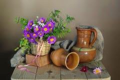 La vie toujours avec les fleurs et la poterie bleues photographie stock libre de droits