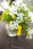 La vie toujours avec les fleurs sauvages et l'herbe de bouquet sur la table en bois Images libres de droits