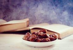 La vie toujours avec les fruits doux de paume de datte sèche sur un piala blanc de cru, Ramadan, ramazan, nourriture image stock