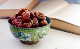 La vie toujours avec les fruits doux de paume de datte sèche sur un piala de cru, Ramadan, Ramadan, nourriture traditionnelle photo stock
