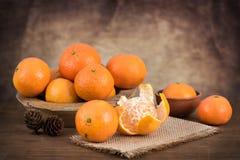 La vie toujours avec les mandarines fraîches dans un panier Photo stock