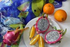 La vie toujours avec les oranges et le dragonfruit Photographie stock