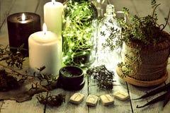 La vie toujours avec les runes antiques, bougies noires et blanches, bouteilles et succulent brillants sur des planches photographie stock libre de droits