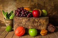 La vie toujours avec sur le bois de construction complètement du fruit Images stock