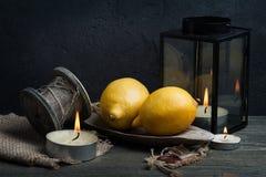 La vie toujours avec trois citrons et moulins à café Style foncé Images stock