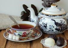 La vie toujours avec un beau service de thé Photos stock