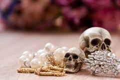 La vie toujours avec un crâne humain avec du vieil or, le diamant et les bijoux Image stock