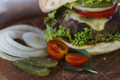 La vie toujours avec un hamburger sur la table en bois Photographie stock libre de droits
