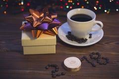 La vie toujours avec une tasse de café et un boîte-cadeau Photographie stock libre de droits
