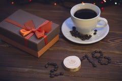 La vie toujours avec une tasse de café et un boîte-cadeau Image stock
