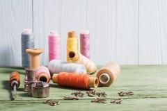 La vie toujours de la couture, dé, bobines de fil, bobines, crochets Photos stock