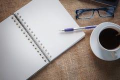 La vie toujours de la page de livre blanc du carnet avec le stylo d'écriture dessus Images stock