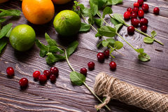 La vie toujours des baies, des fruits et de la menthe Photographie stock