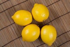 La vie toujours des citrons frais sur une serviette en bambou Photos libres de droits