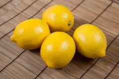 La vie toujours des citrons frais sur une serviette en bambou Image stock