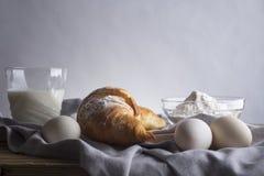 La vie toujours des croissants, des oeufs, du lait et de la farine photographie stock