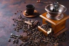 La vie toujours des grains de café avec la broyeur de café Photo stock