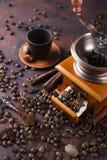 La vie toujours des grains de café avec la broyeur de café Images stock
