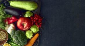 La vie toujours des légumes frais sur un fond foncé Photo libre de droits