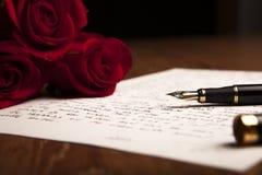 La vie toujours des roses d'un stylo-plume, de papier et de fleurs Image libre de droits