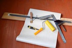 La vie toujours des rouleaux de papier peint et de divers outils pour wallpapering réparation Autoguidez la rénovation Photographie stock libre de droits