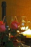 La vie toujours des verres et des bougies de vin photographie stock