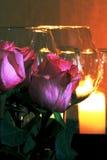 La vie toujours des verres et des bougies de vin photo stock