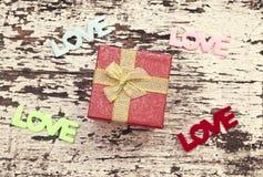La vie toujours du boîte-cadeau sur le fond en bois grunge Image stock