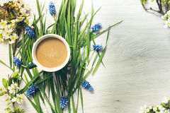 La vie toujours du café et des fleurs images libres de droits