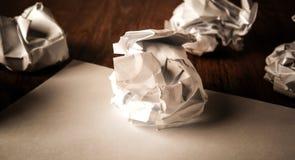 La vie toujours du papier et d'un papier chiffonné sur une table Image stock
