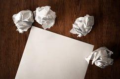 La vie toujours du papier et d'un papier chiffonné sur une table Photographie stock