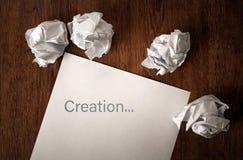 La vie toujours du papier et d'un papier chiffonné sur une table avec un insc Photos stock