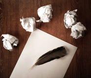 La vie toujours du papier et d'un papier chiffonné sur une table avec un stylo Photo stock