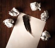 La vie toujours du papier et d'un papier chiffonné sur une table avec un stylo Photos stock