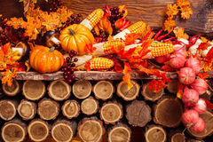 La vie toujours se composant des feuilles oranges, légumes d'automne Photo stock
