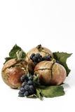 La vie toujours sur le fond blanc, (grenade et raisin) Photo stock