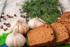 La vie toujours sur le fond en bois : pain noir, ail, fenouil, pe Photo stock