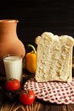 La vie toujours sur un fond brun et noir Dans la photo, le lait, le hleb, la cruche, les tomates et le Balgarian poivrent Photographie stock libre de droits