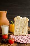 La vie toujours sur un fond brun et noir Dans la photo, le lait, le hleb, la cruche, les tomates et le Balgarian poivrent Images libres de droits