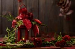 La vie toujours sur un fond foncé Décor des bougies et candlestic Images stock