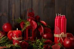 La vie toujours sur un fond foncé Décor des bougies et candlestic Photographie stock