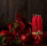 La vie toujours sur un fond foncé Décor des bougies et candlestic Photo stock