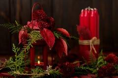 La vie toujours sur un fond foncé Décor des bougies et candlestic Image libre de droits