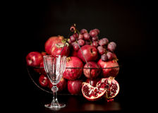 La vie toujours sur un fond foncé Vin et x28 ; liquor& x29 ; verres, fruits a image libre de droits