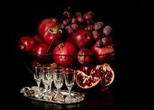 La vie toujours sur un fond foncé Vin et x28 ; liquor& x29 ; verres, fruits a photo libre de droits