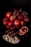 La vie toujours sur un fond foncé Vin et x28 ; liquor& x29 ; verres, fruits a photos stock