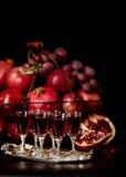 La vie toujours sur un fond foncé Vin et x28 ; liquor& x29 ; verres, fruits a photographie stock libre de droits